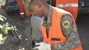 Militar recoge desperdicios en el sector Los Cocos.