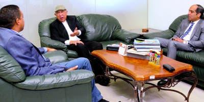 José P. Monegro, director de EL DÍA, y Ramón Benito de la Rosa y Carpio junto a Armando Tavárez. JORGE GONZÁLEZ