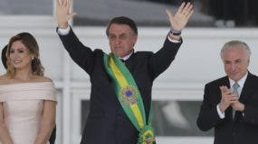 Jair Bolsonaro asumió ayer y dijo que  su política exterior  se enfocará a servir a los brasileños. AP