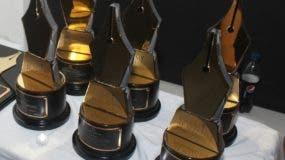 Estatuillas del premio Acroarte al Mérito.