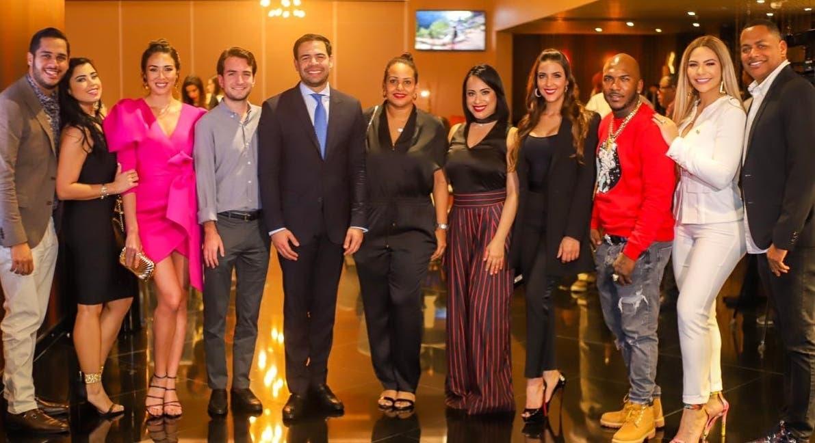Parte del elenco de la película dominicana Casi fiel, que se estrenará la semana próxima.
