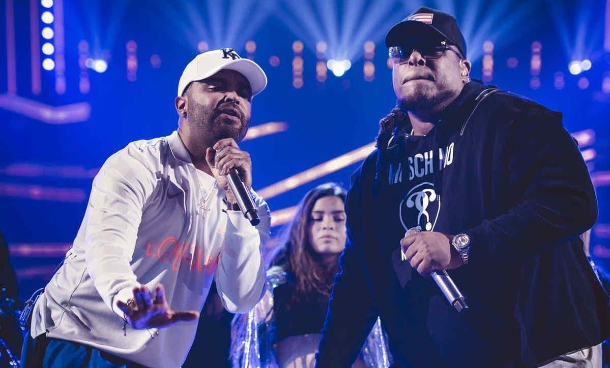 Zion & Lennox durante una de sus presentaciones en el país.