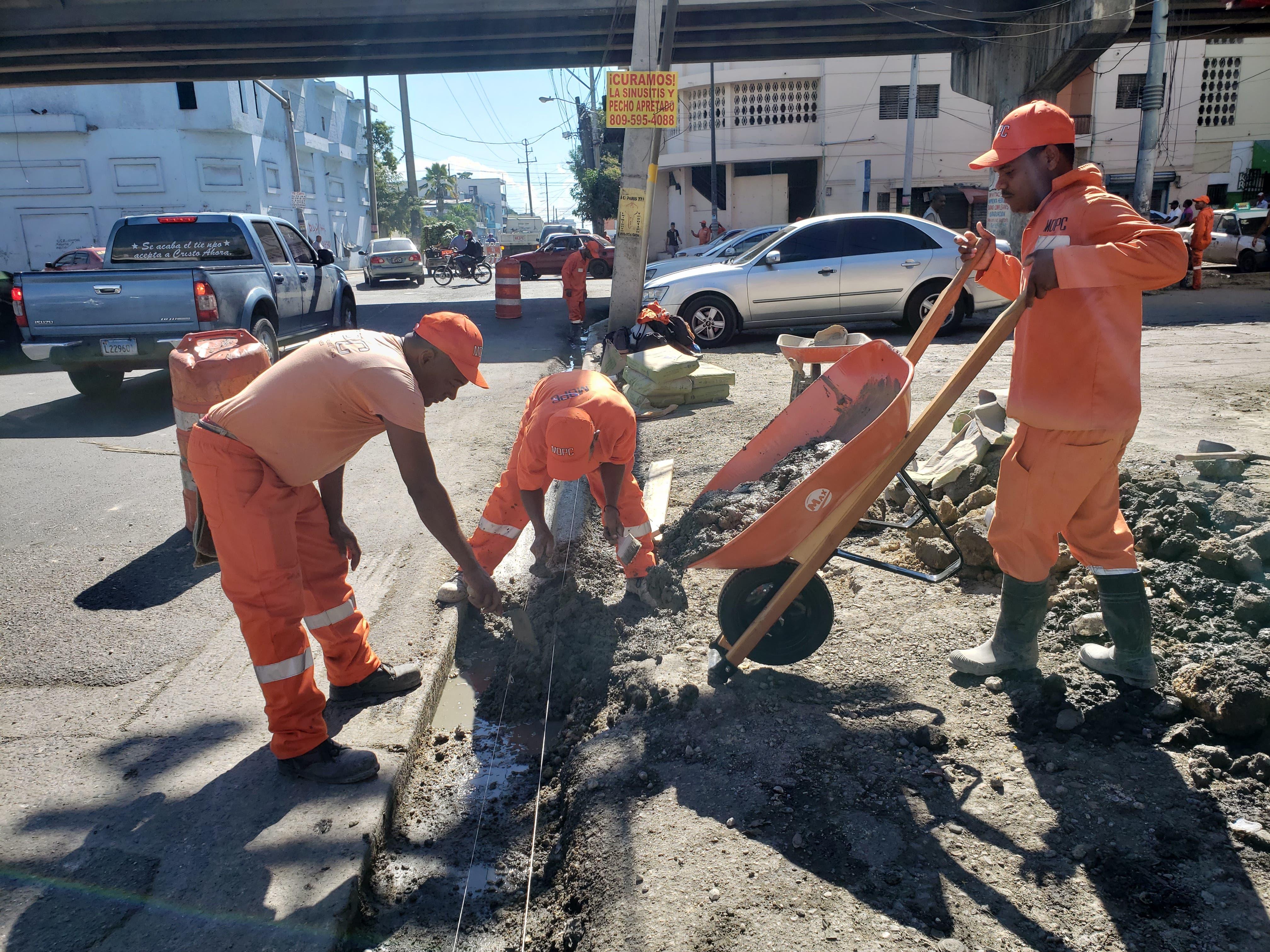 Obreros de Obras Públicas reparando contenes en la calle Josefa Brea.