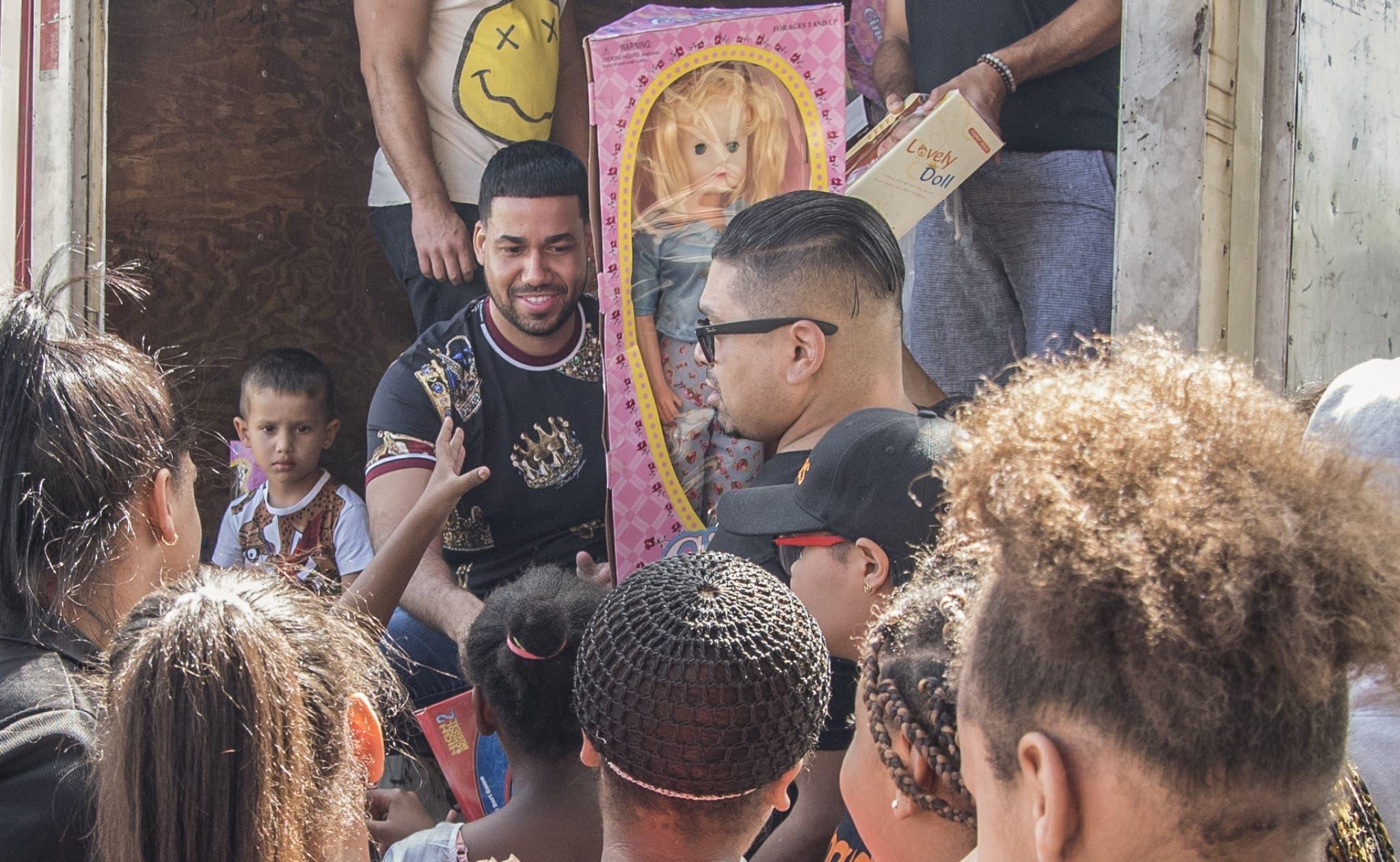El bachatero Romeo Santos hizo una visita sorpresa a su país para entregar  juguetes a niños,  por celebrarse ayer el Día de Reyes. Cortesía/  Joel García