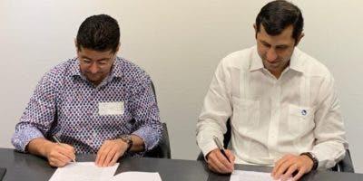 Jorge Félix y Roberto Herrera al firmar el acuerdo.