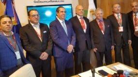 Francisco Javier García junto a los inversionistas al momento de anunciar el acuerdo .