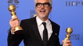 Alfonso Cuarón en los Globos de Oro tras recibir dos estatuillas .  AGENCIA FOTO