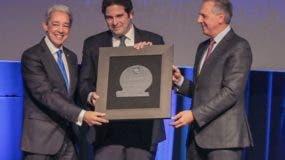 Luis Concepción y José Ramón Peralta entregan a José Miguel Vega, de Gerdau Metaldom.
