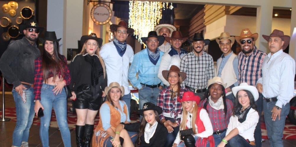 Parte de los ejecutivos y empleados en la fiesta temática en el  Hard Rock Hotel y Casino Punta Cana.