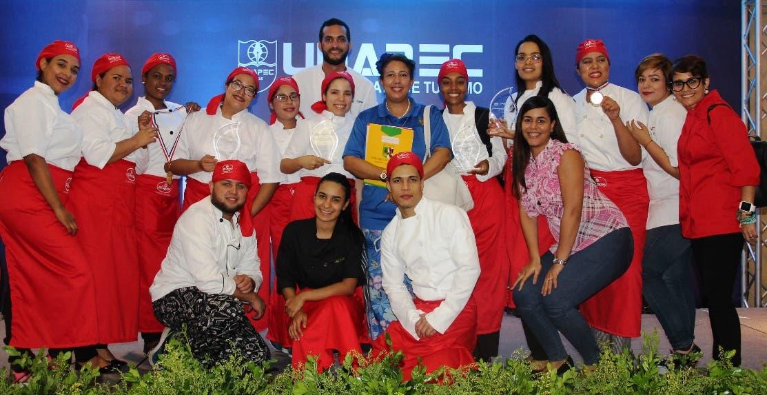 Los estudiantes que participaron reciben sus premios del festival.