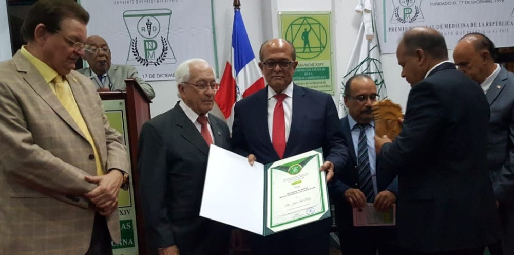 El  neurólogo José Silié Ruiz al recibir su galardón de honor del Premio Nacional de Medicina 2018.
