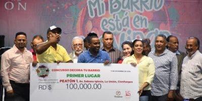 Los ganadores del primer lugar de La Unión Cienfuegos reciben el premio.