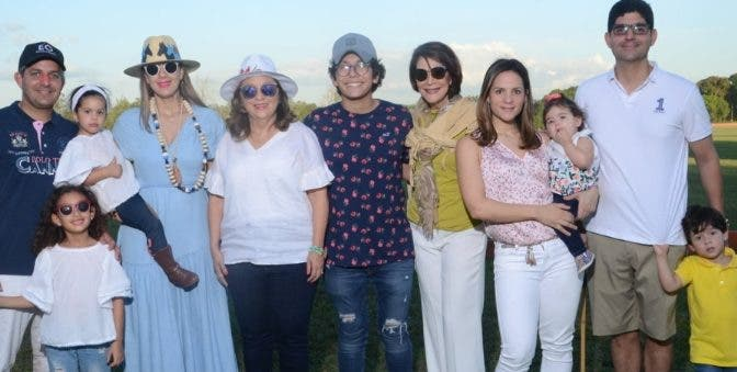 Representantes de distintas generaciones de la familia Arredondo antes del torneo.