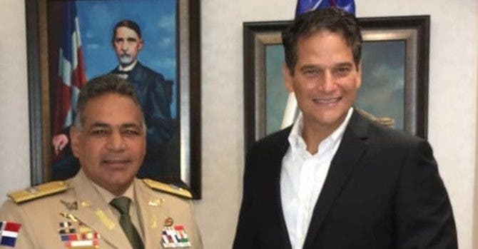 Rubén Darío Paulino Sem entrega donación a  Oscar Villanueva.