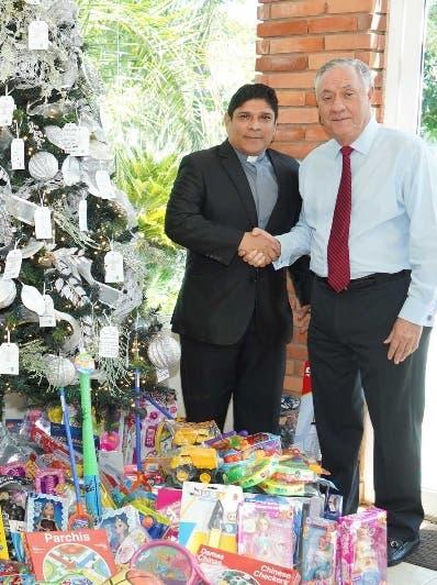 Roberto Solano  recibe los juguetes de Leonardo Vargas.