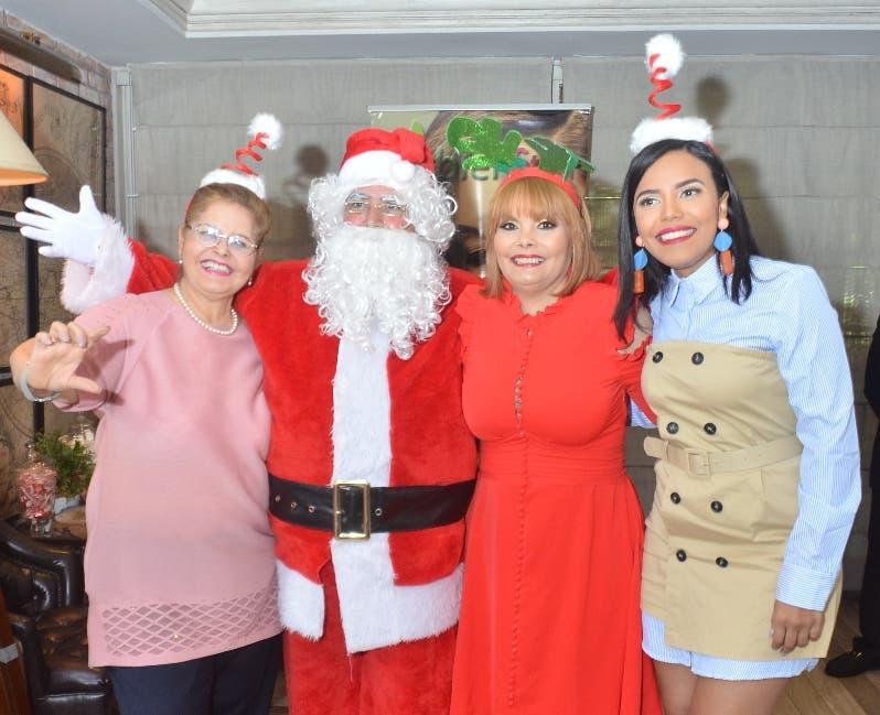 Marisela Grullón, Rommy Grullón y Rommy Pichardo junto a Santa Claus.