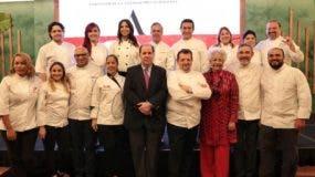 Felipe Vicini y Esperanza de Lithgow junto a los chefs que participaron en el libro.