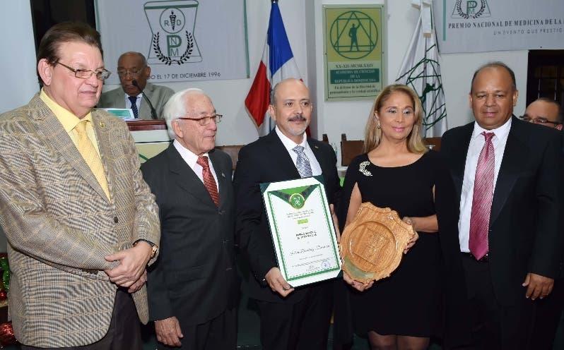 Víctor Pou Soares, director del Instituto Dermatológico recibe el reconocimiento  de manos  del  presidente de la Academia de Ciencias, Luis Scheker.