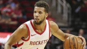 Michael Carter-Williams fue negociado por Rockets.aP