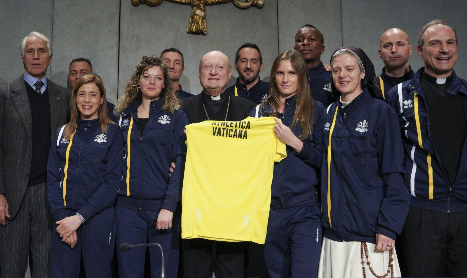 La jerarquía católica en el Vaticano se reúne  con monjas, sacerdotes y guardias  atletas.