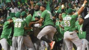 Jugadores de las Estrellas Orientales celebran con júbilo la corona del torneo de béisbol invernal.   Alberto Calvo.