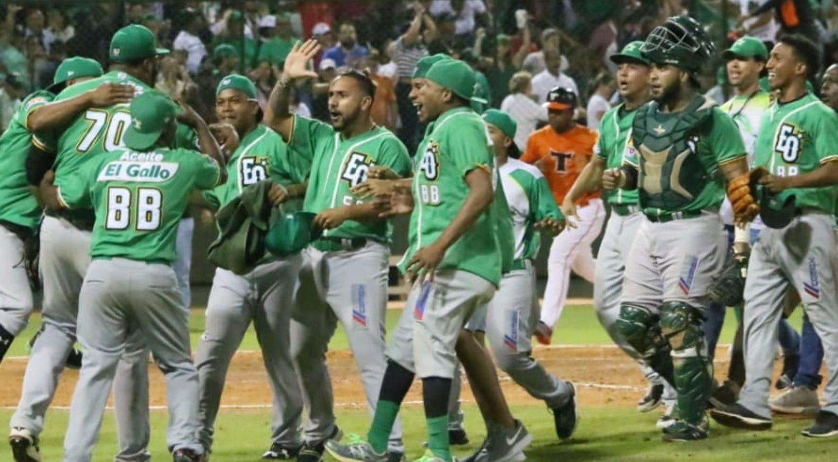 Jugadores de las Estrellas  celebran  el tercer triunfo de la final sobre  los Toros en el Francisco Micheli.  fuente externa