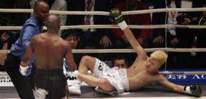 Floyd conecta varios golpes al rostro del japonés, quien cayó tres veces en el primer round.
