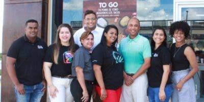 Ejecutivos de Taco Bell junto a Eddy  Reyes, CEO de la empresa a nivel local.