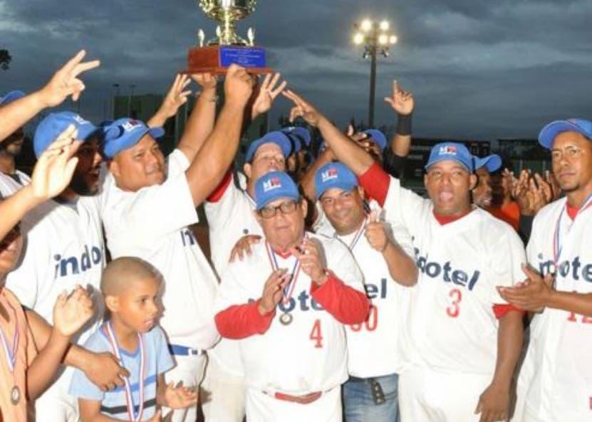 Equipo de Indotel celebra la corona gubernamental.