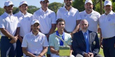 Al centro y con el trofeo, el campeón Álvaro Ortiz.