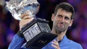Novak Djokovic muestra el trofeo de campeón luego del triunfo ante Rafael Nadal.