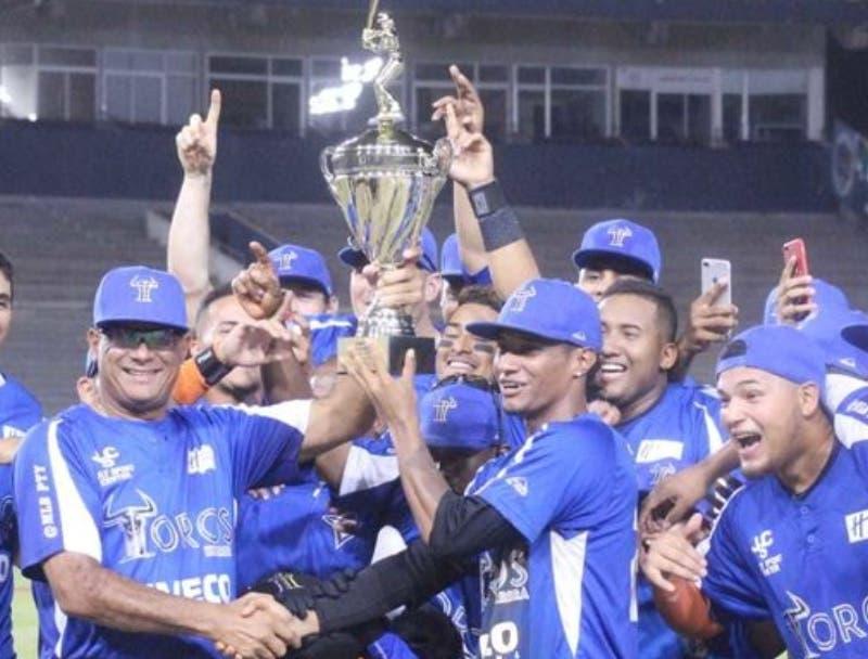 Los Toros de Herrera celebran el campeonato panameño.