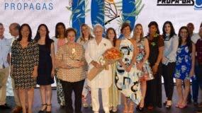 Rosa Bonetti de Santana y su  equipo  de la Fundación Propagás.
