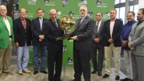 Jorge Besosa, vicepresidente ejecutivo de Banca Empresa del BHD León, y Vitelio Mejía, presidente de  la Lidom,  presentan el trofeo que se disputa en el torneo de béisbol.  Alberto Calvo.