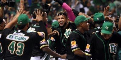 Los jugadores de las Estrellas celebran luego de anotar  para ampliar la ventaja. Alberto Calvo