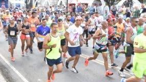 Grupo de corredores que participaron en el maratón.