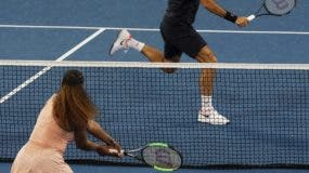 Aspecto del choque entre Serena Williams y Roger Federer.