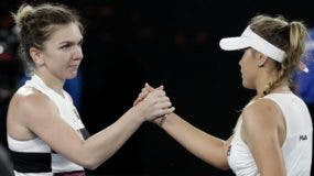 Simona Halep  saluda a Sofia Kenin luego del partido.