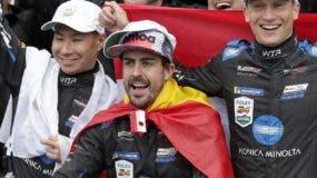 Fernando Alonso celebra luego de triunfar en Daytona.  aP