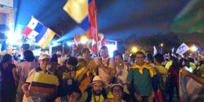 El festival Luna Llena de Tambores, que tiene lugar desde 2010 en las escalinatas de la Autoridad del Canal de Panamá (ACP), en el barrio capitalino de Ancón, fue el escenario donde miles jóvenes se dedicaron a bailar y cantar al ritmo de las canciones más populares de diversas naciones.