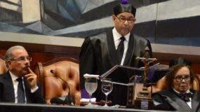 El presidente de la Suprema Mariano Germán durante su discurso, observa el Jefe del Estado, Danilo Medina .   José de león