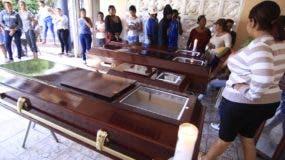 Cuatro de las víctimas  fueron veladas en la marquesina de la residencia de un familiar en Baní. Elieser Tapia