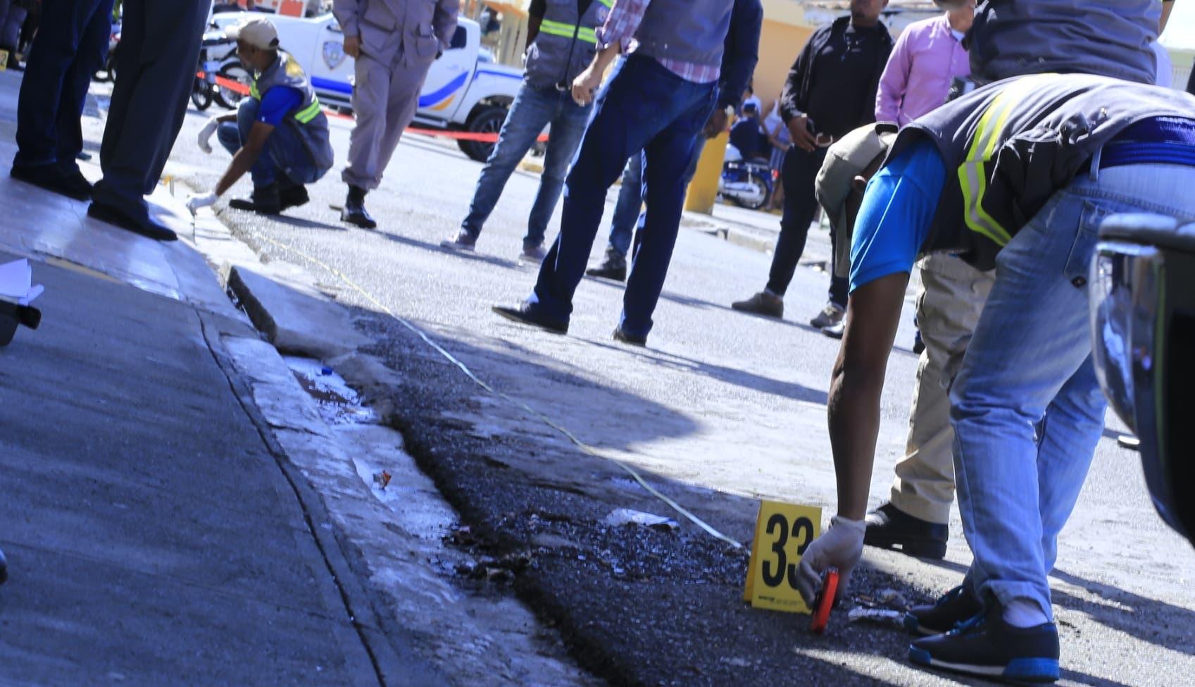 Miembros de la Policía científica acordonaron y analizaron el lugar donde fue abatido el coronel Ramos Álvarez.  Elieser Tapia