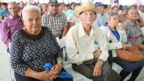 Parte de los agricultores que fueron beneficiados por el presidente Medina con títulos.
