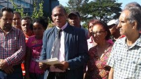 Comunitarios que se presentaron a Medio Ambiente en reclamo del informe.  yanet féliz
