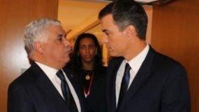 El canciller dominicano Miguel Vargas y el presidente del gobierno español Pedro Sánchez, durante la reunión de la Internacional Socialista que se celebra en Santo Domingo.