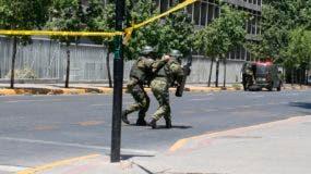 Miembros del equipo especial de la Policía se acercan al lugar de la detenación.