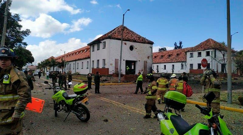 Vista de las afuera de la academia de policía General Santander en Bogotá, después del atentado.