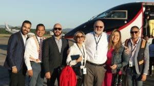 Omar Chahín Lama, CEO  y fundador   de la aerolínea, junto al grupo  de colaboradores antes de abordar el avión.
