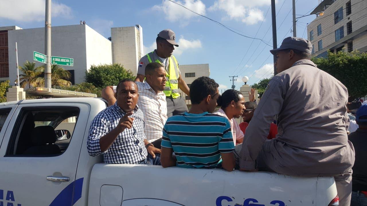 Gabriel Sánchez y otros miembros del Falpo luego de ser apresados por la Policía tras lanzar heces fecales  contra el edificio de la Suprema Corte. Foto de archivo.